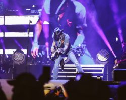 runaway country music fest, guitarist solo at concert